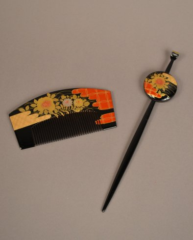 2009.110.1 a-b Comb and Hairpin (front)